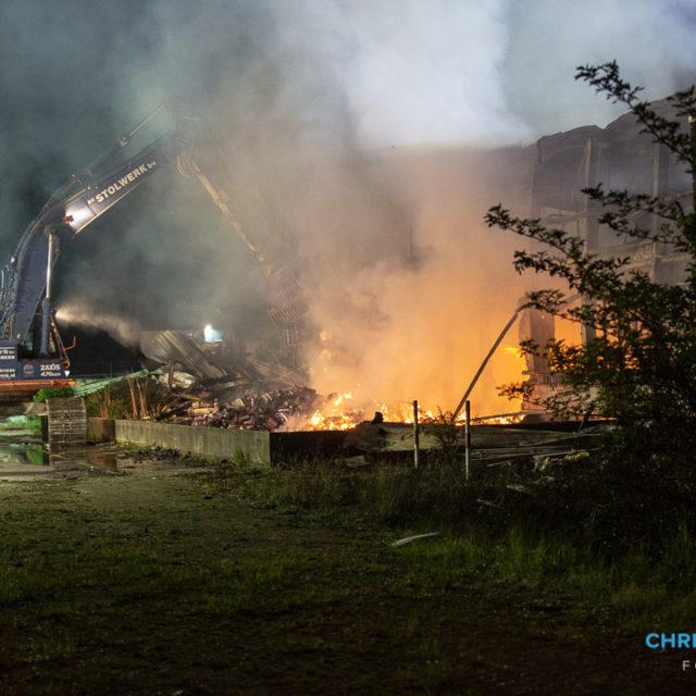 Grote brand in bedrijfspand aan Vierlinghweg in Bergen op Zoom